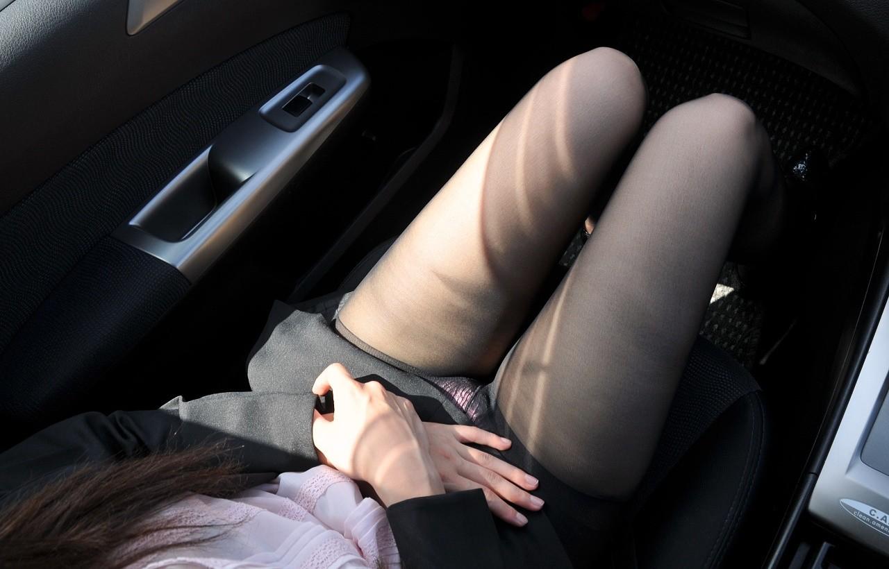 女部下とドライブデート車内太ももタイトスカートフェチエロ画像7枚目