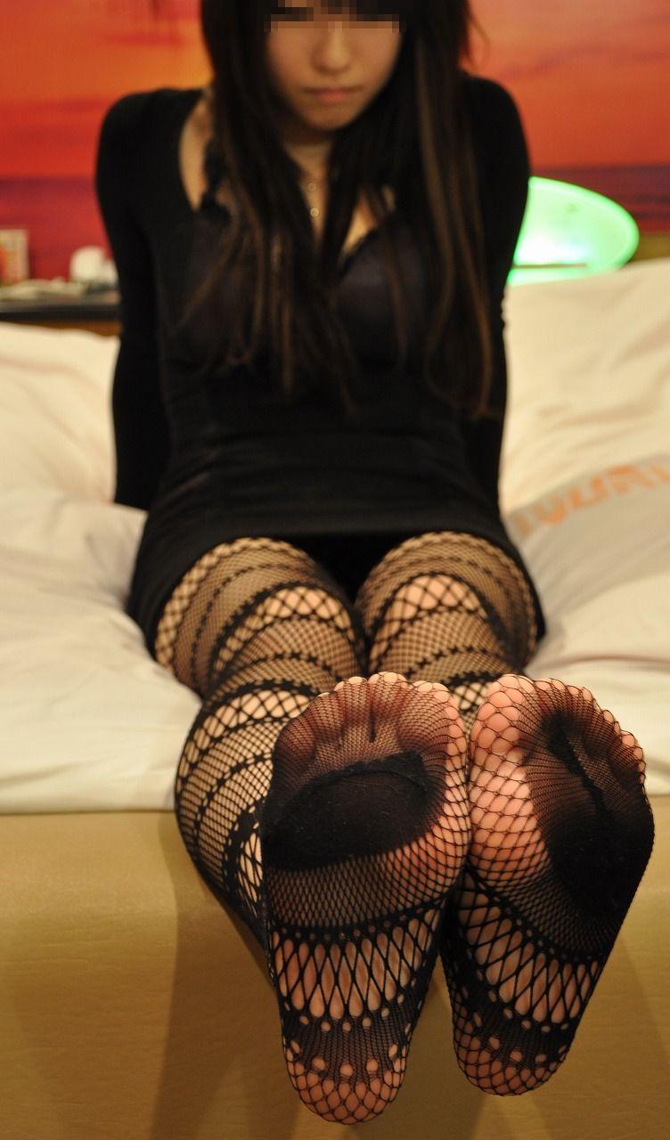 OLお姉さん蒸れ蒸れ素足生足黒パンスト足裏エロ写メ画像3枚目