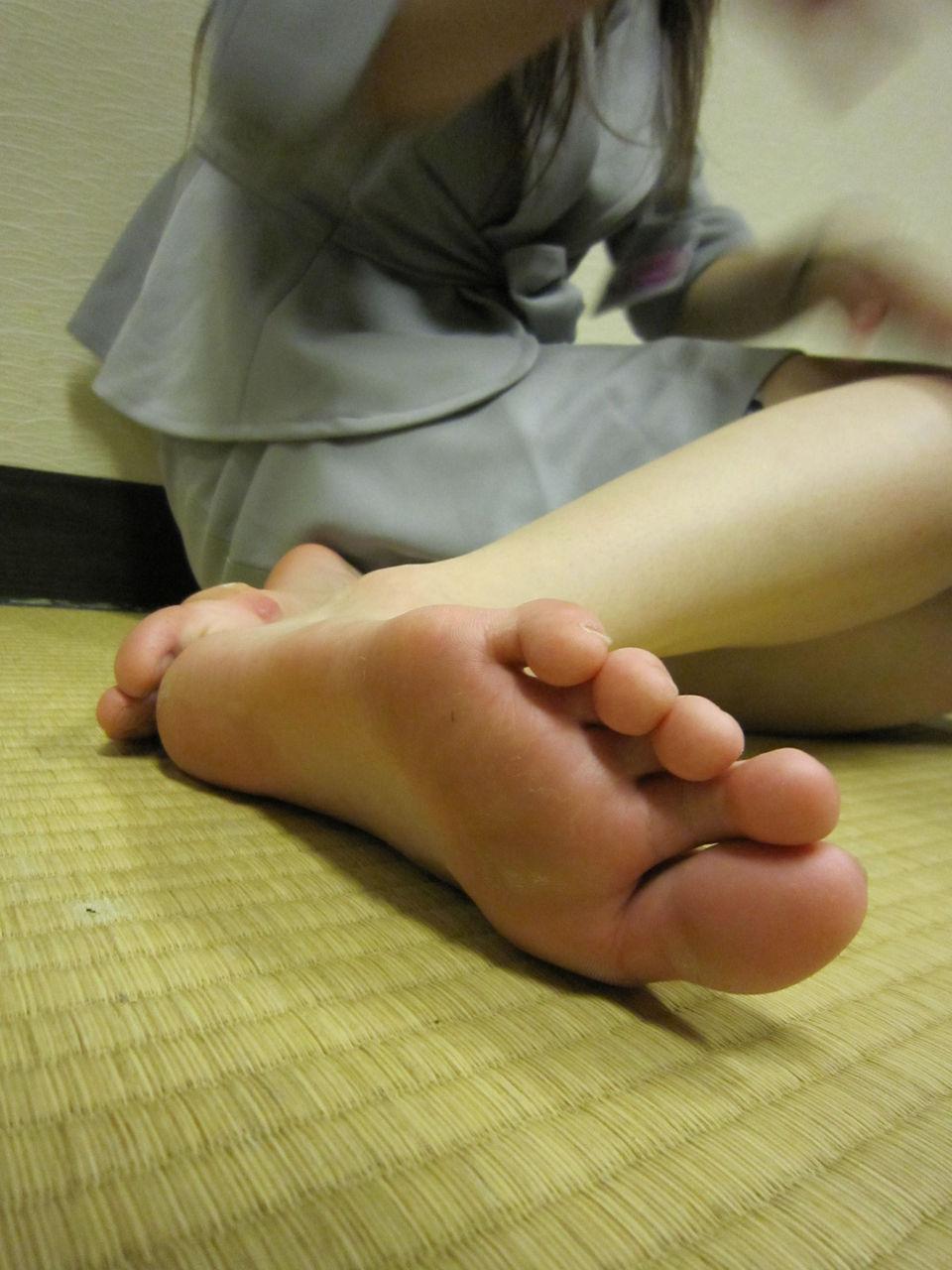 OLお姉さん蒸れ蒸れ素足生足黒パンスト足裏エロ写メ画像6枚目