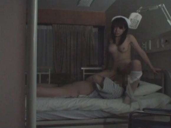 淫乱発情ナース患者と騎乗位セックス盗撮エロ画像1枚目