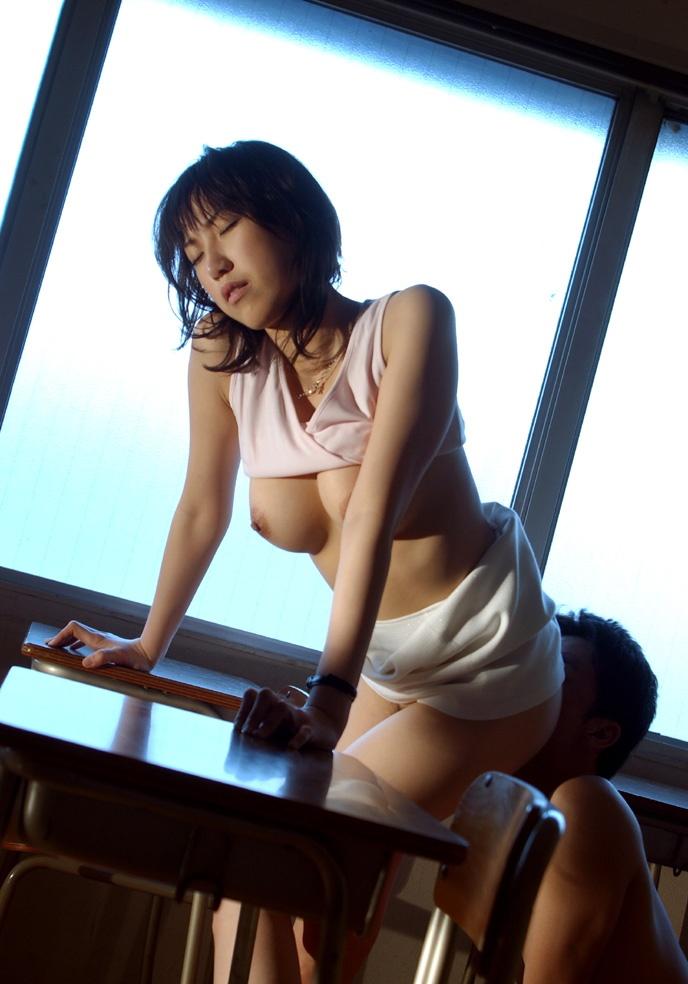 女教師と男子生徒の禁断な教室着衣セックスエロ画像5枚目