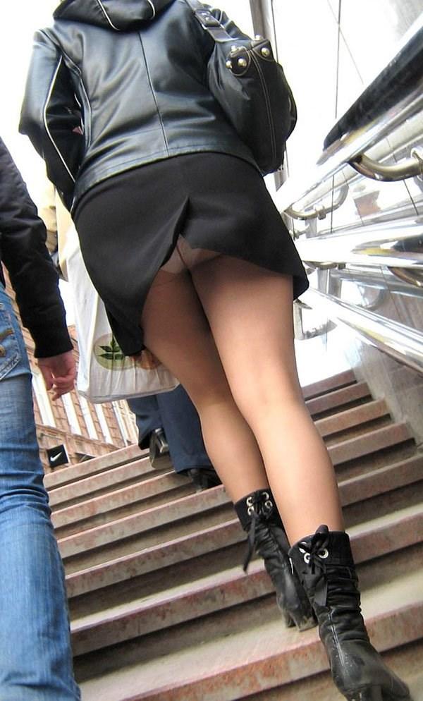 OL盗撮タイトスカートパンチラベンツエロ画像1枚目