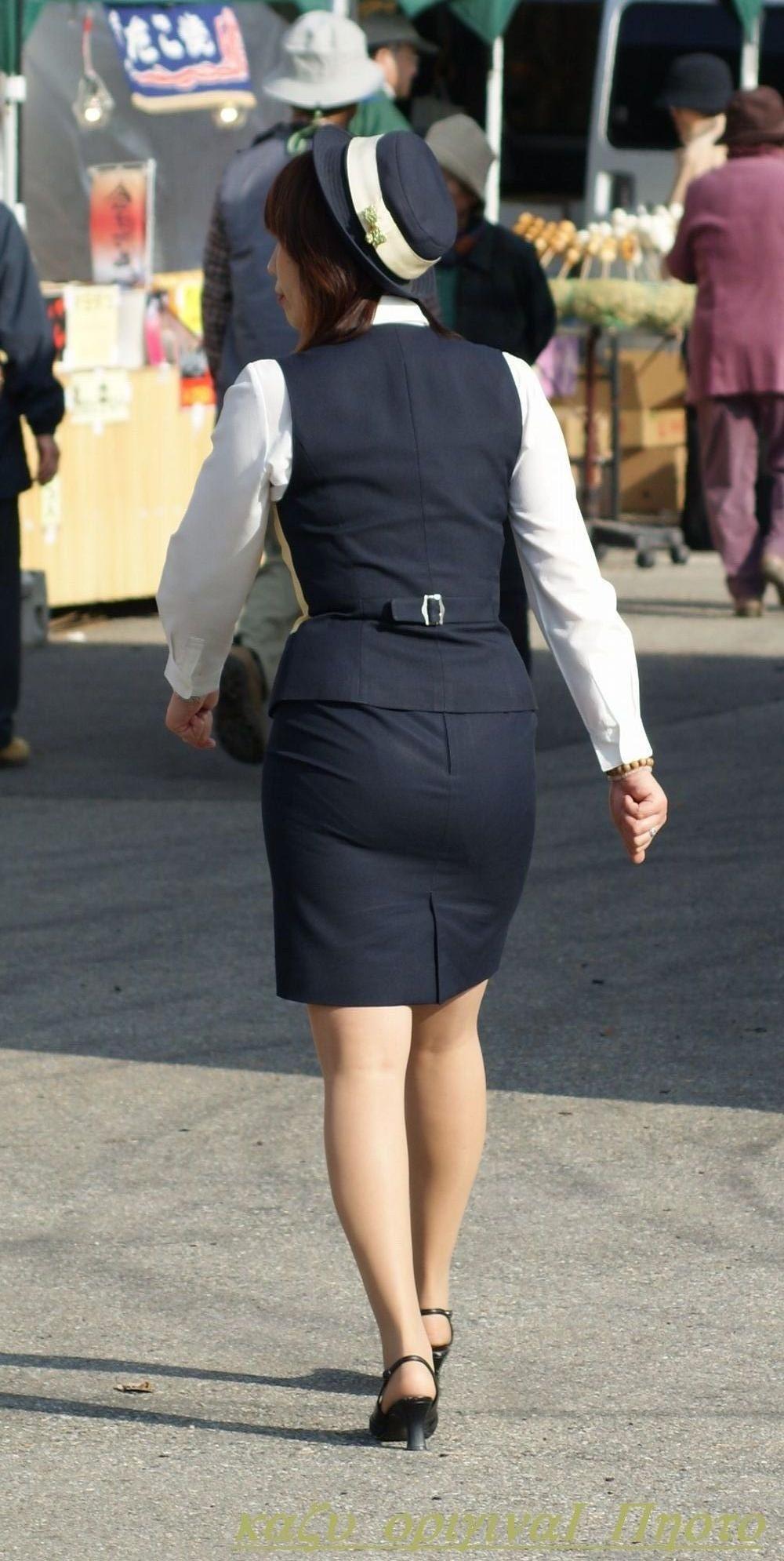 バスガイドさんの下着が気になる制服の中身エロ画像2枚目