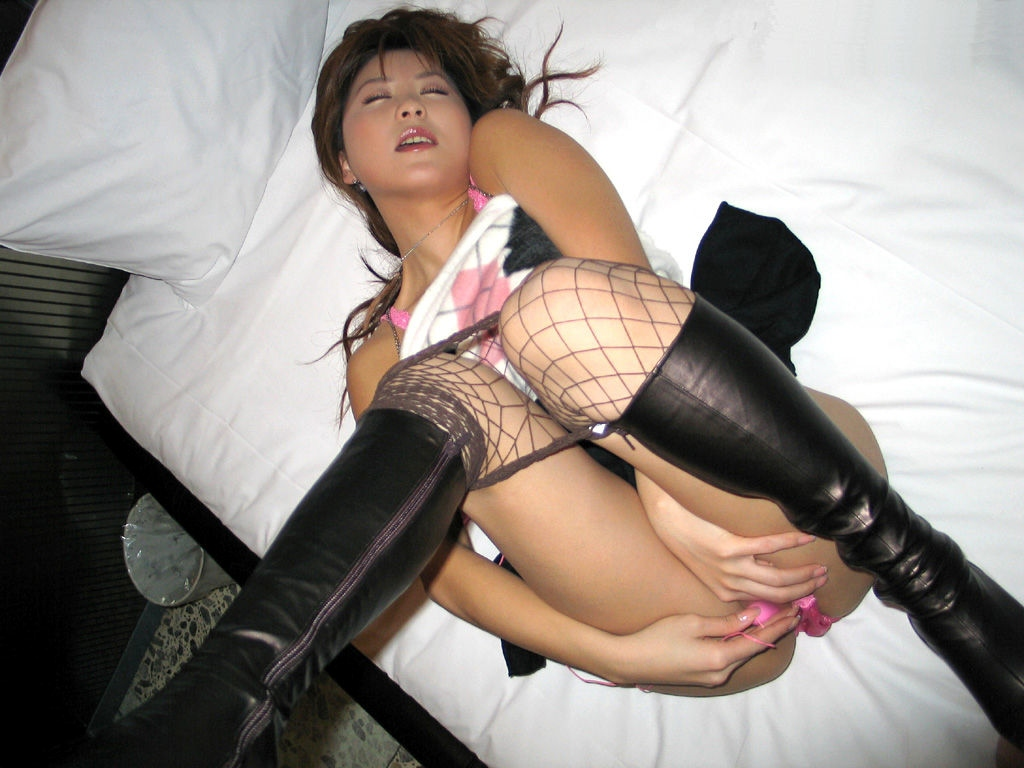 ミニスカエナメルブーツのパンチラお姉さん画像11枚目