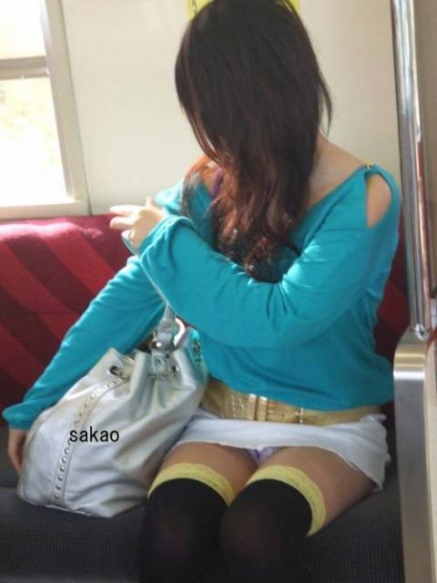 電車内対面OL三角ゾーンパンチラ盗撮エロ画像3枚目
