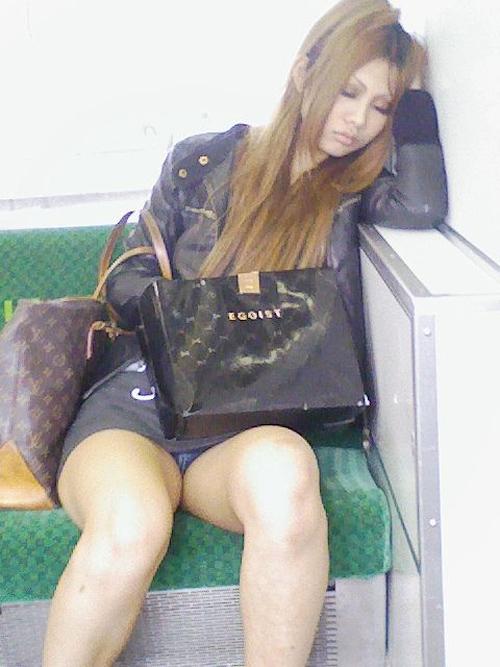 電車内対面OL三角ゾーンパンチラ盗撮エロ画像7枚目