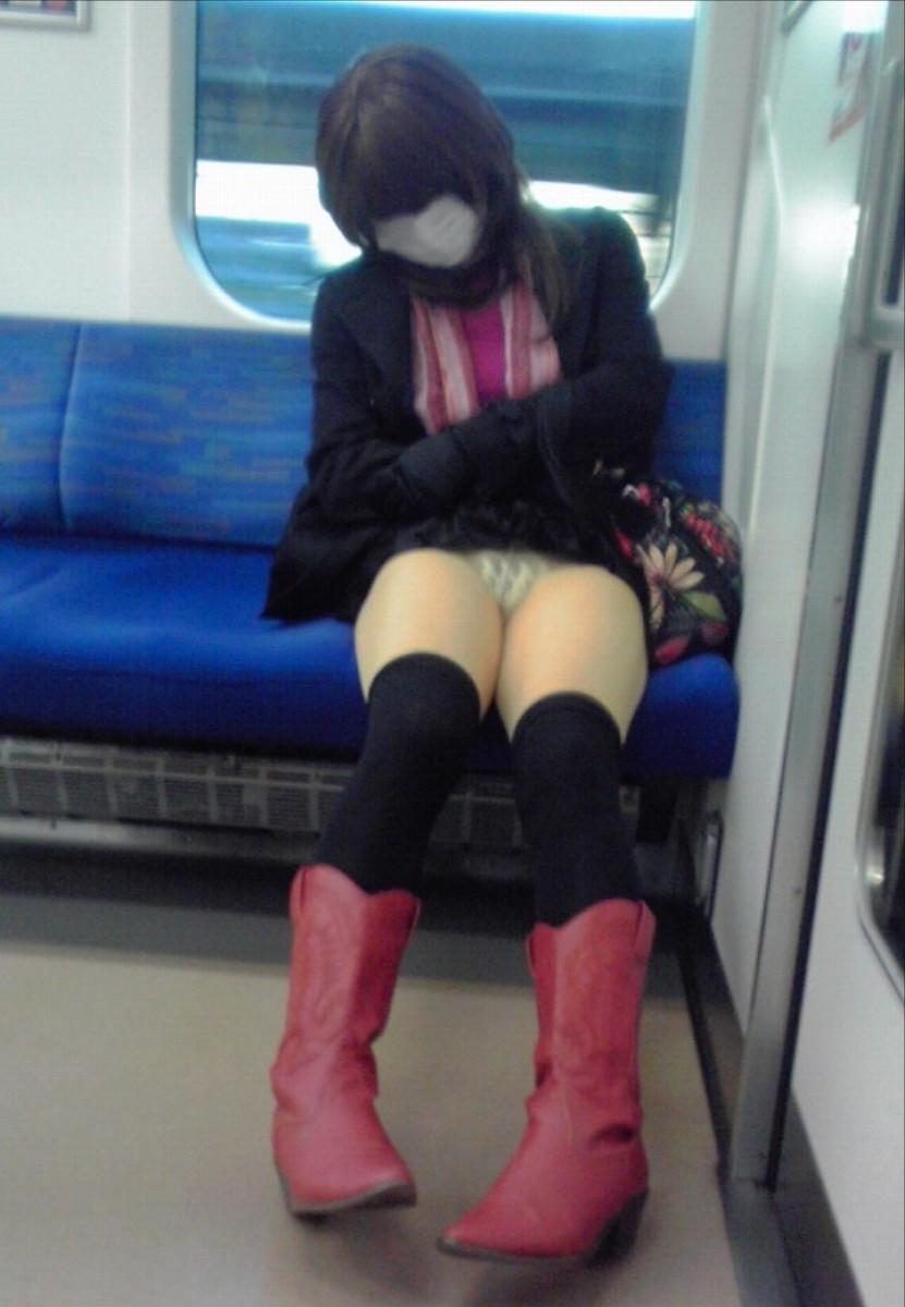 電車内対面OL三角ゾーンパンチラ盗撮エロ画像9枚目