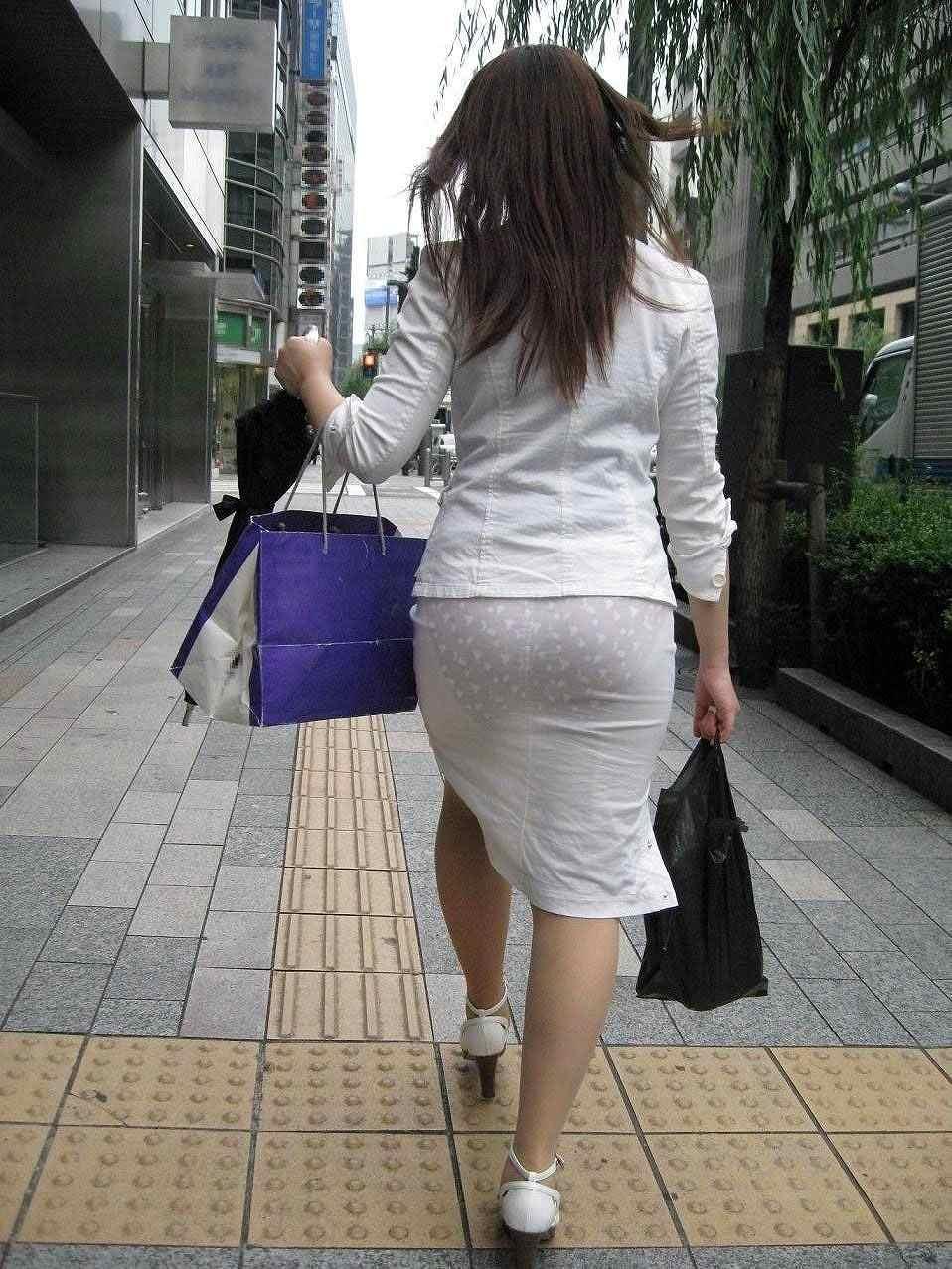 透け下着のタイトスカート巨尻OL盗撮エロ画像1枚目