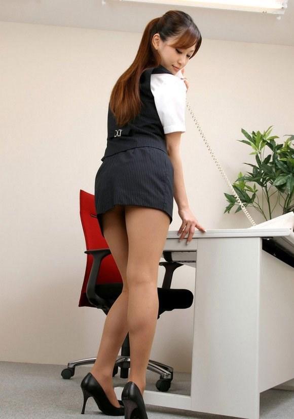 透け下着のタイトスカート巨尻OL盗撮エロ画像8枚目