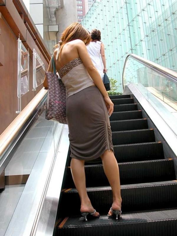 透け下着のタイトスカート巨尻OL盗撮エロ画像13枚目