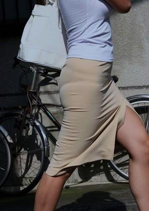 透け下着のタイトスカート巨尻OL盗撮エロ画像14枚目