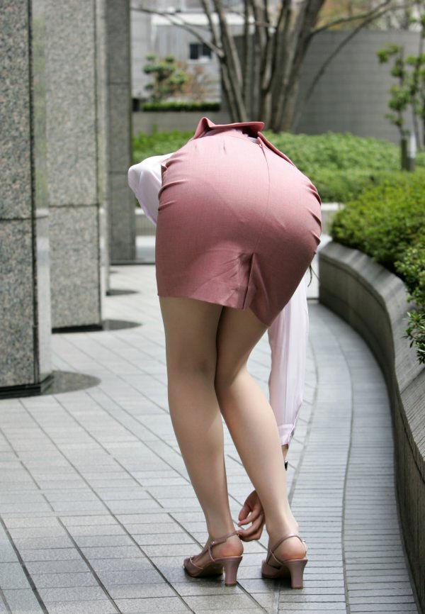 街角OLタイトスカートお尻パンツの線エロ画像1枚目
