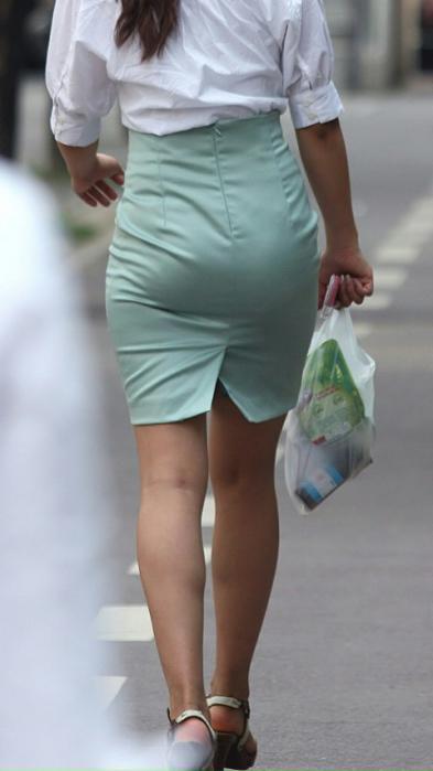 街角OLタイトスカートお尻パンツの線エロ画像10枚目