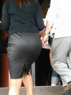 街角OLタイトスカートお尻パンツの線エロ画像13枚目