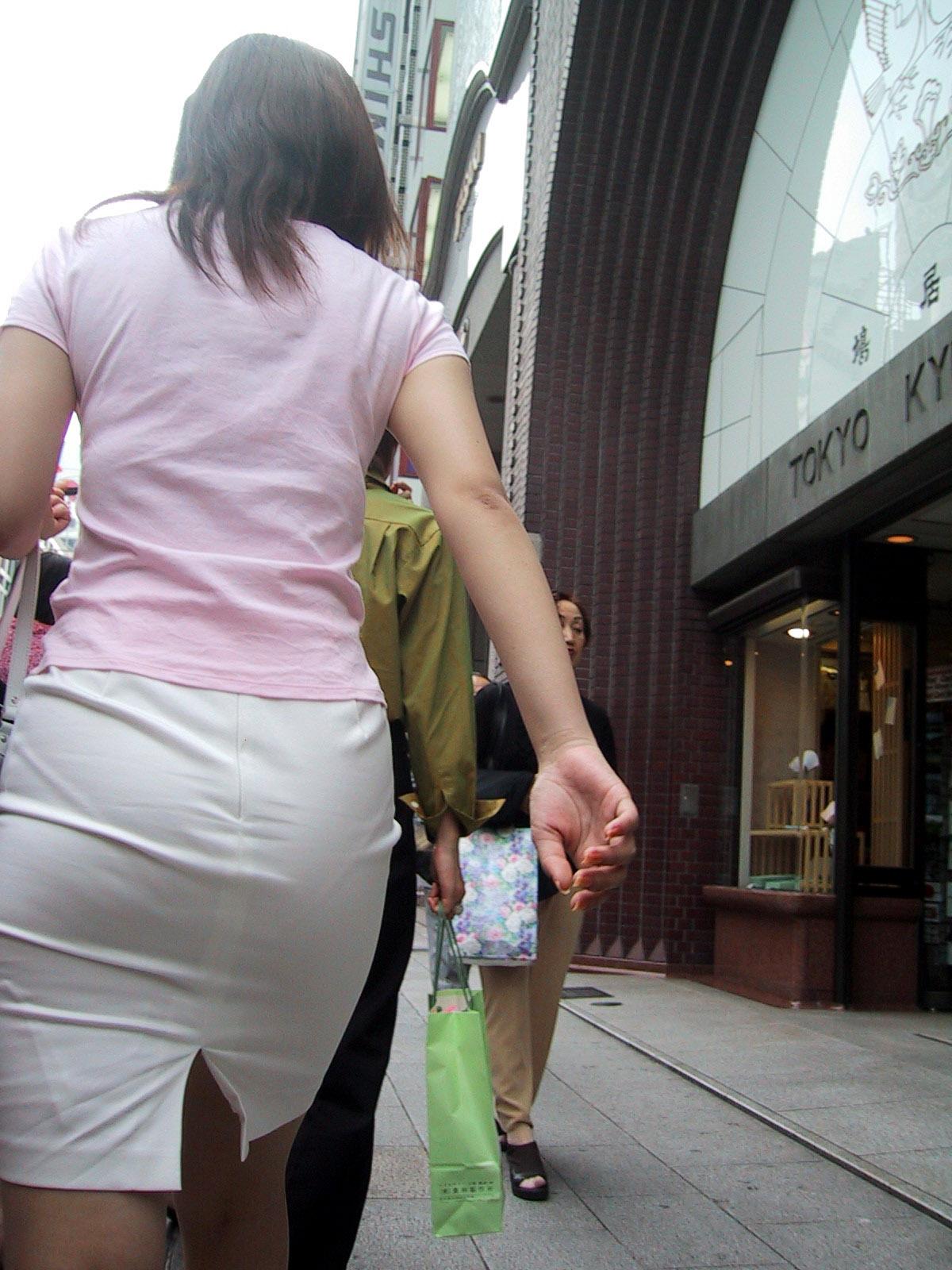 タイトスカートお尻パンティラインOLエロ画像7枚目