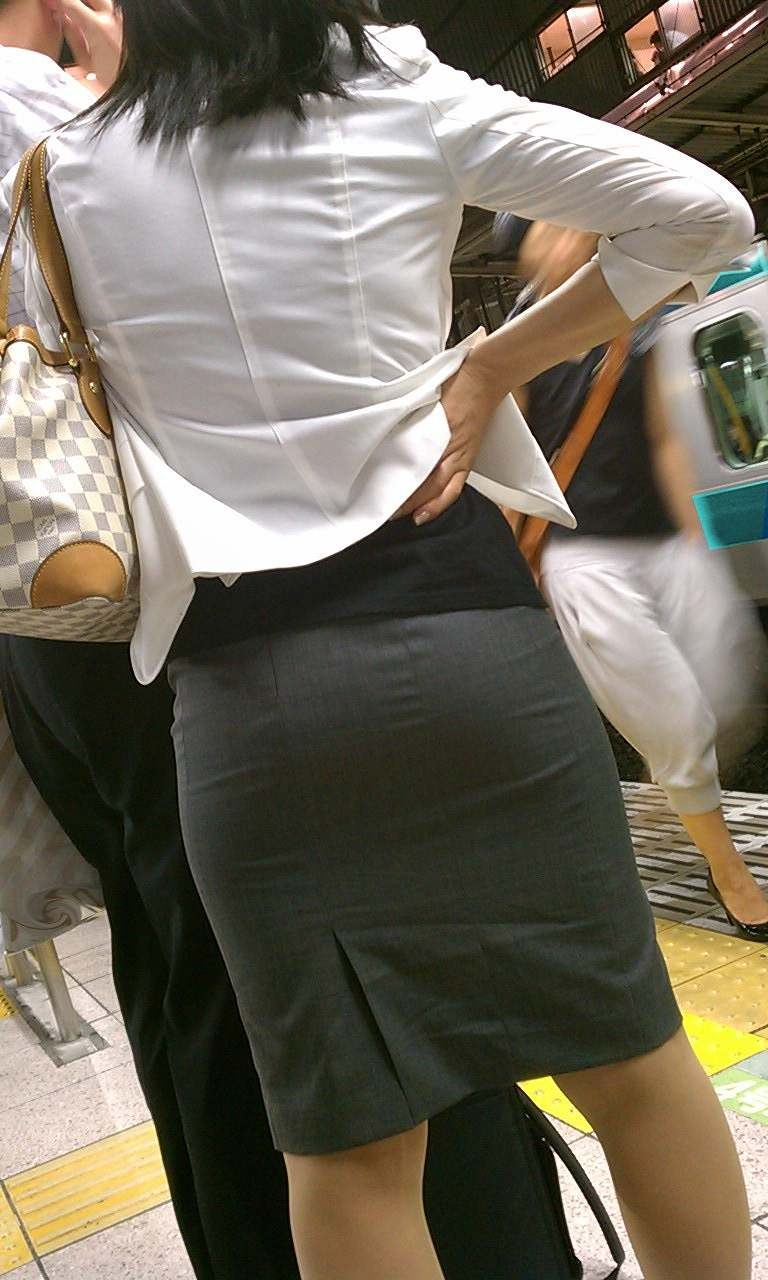 ベンツスリットにミニのタイトスカート巨尻OLエロ画像1枚目