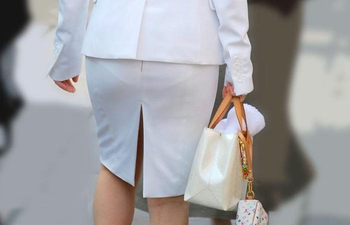 ベンツスリットにミニのタイトスカート巨尻OLエロ画像2枚目