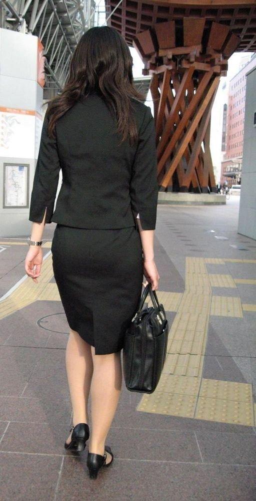 ベンツスリットにミニのタイトスカート巨尻OLエロ画像5枚目