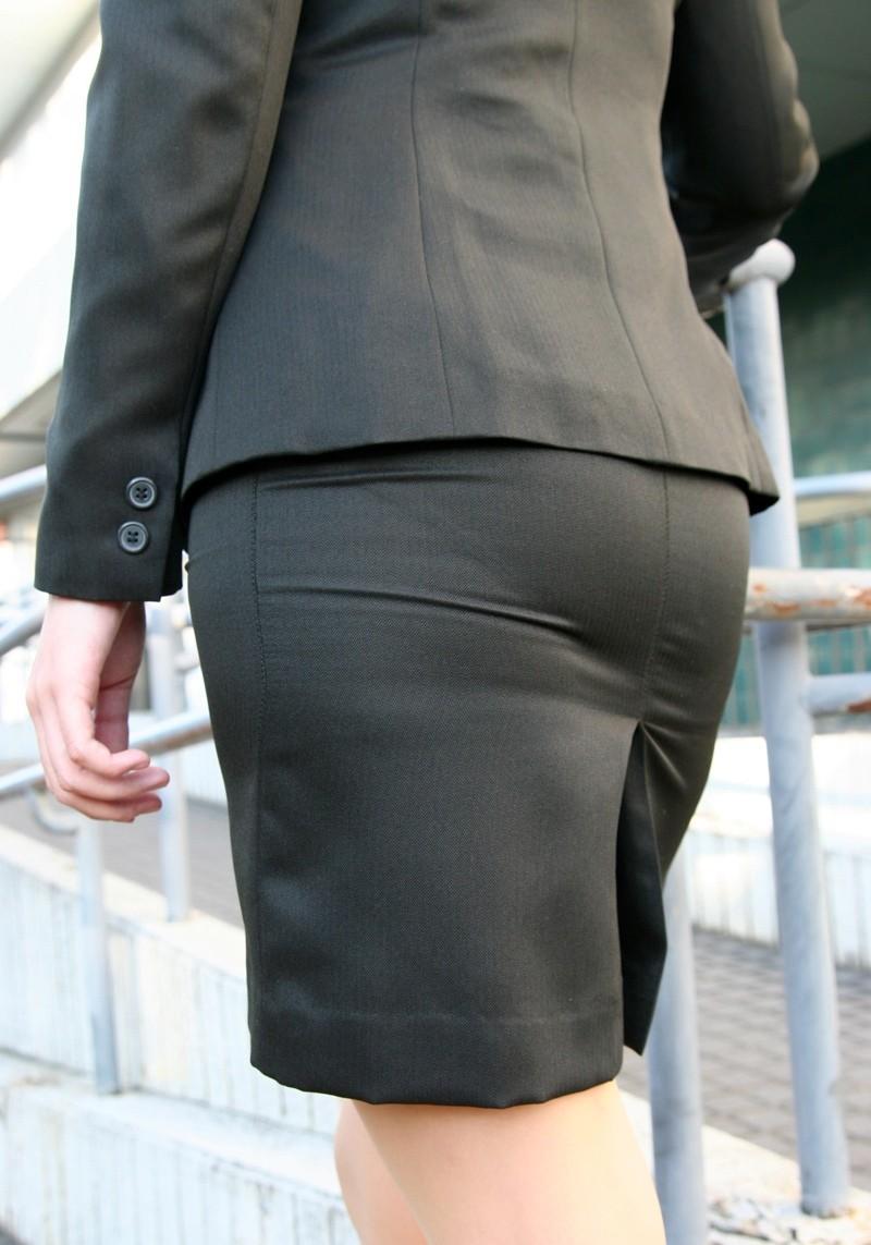 ベンツスリットにミニのタイトスカート巨尻OLエロ画像6枚目