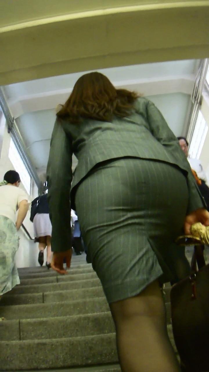 ベンツスリットにミニのタイトスカート巨尻OLエロ画像7枚目