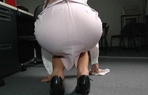 ベンツスリットにミニのタイトスカート巨尻OLエロ画像13枚目