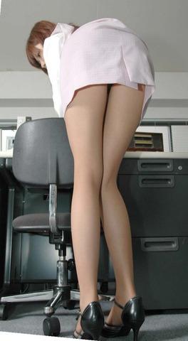 タイトミニスカート下着のラインモロ見えエロ画像13枚目
