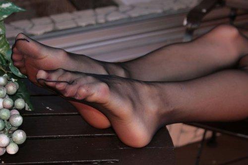 透けた黒パンストがエロイOLの足裏画像5枚目