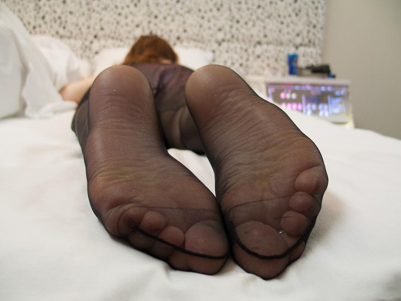透けた黒パンストがエロイOLの足裏画像12枚目