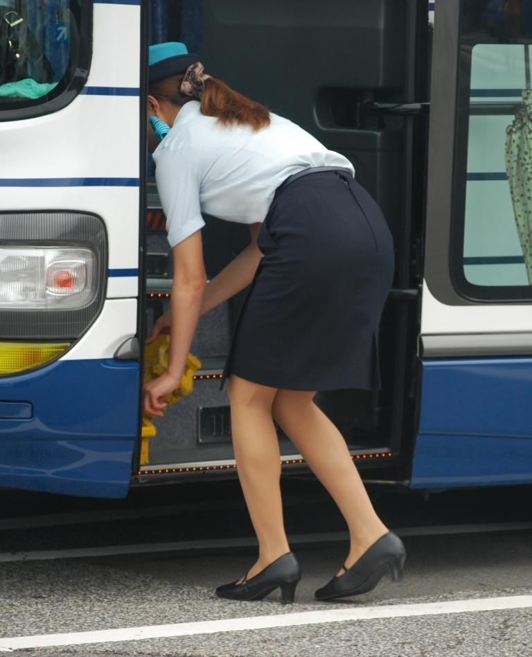 美脚バスガイドのタイトスカート盗撮エロ画像1枚目