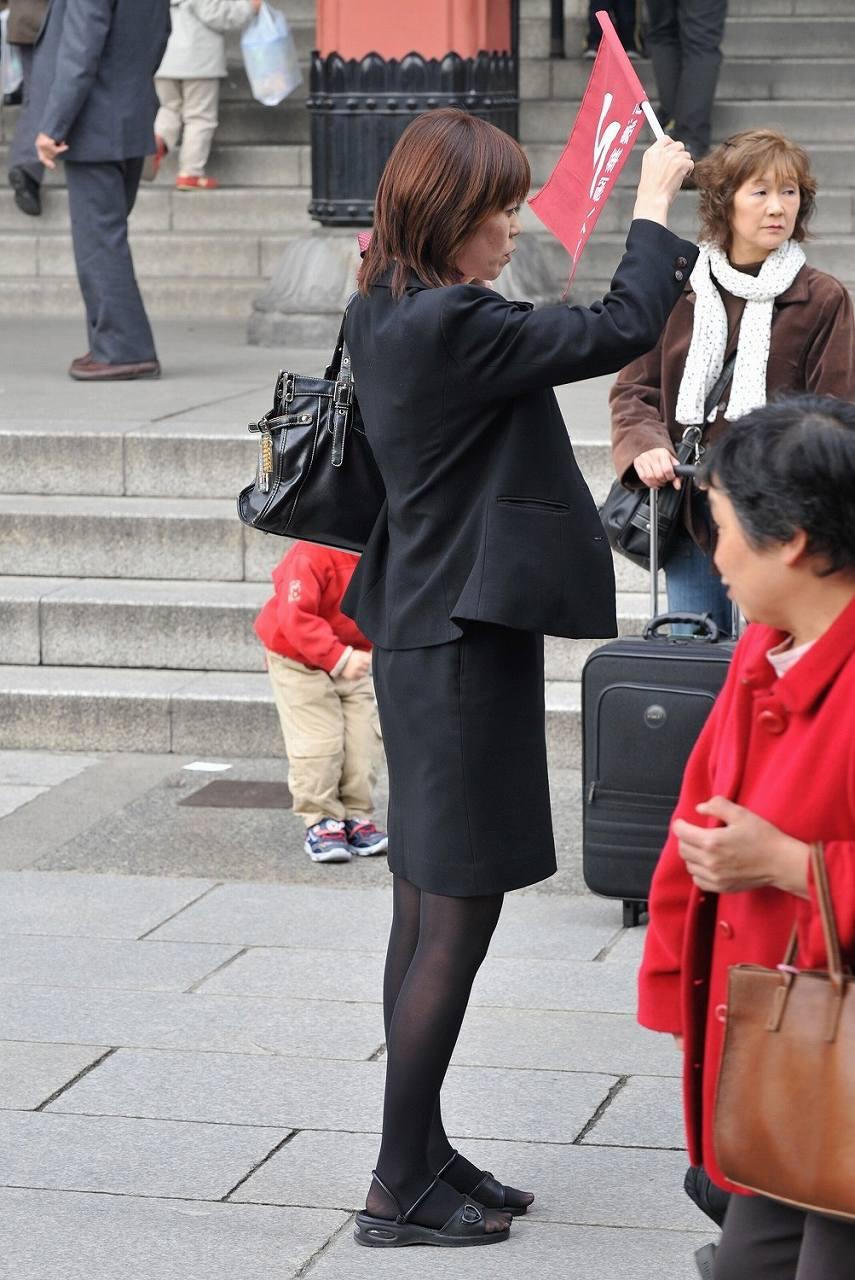 美脚バスガイドのタイトスカート盗撮エロ画像11枚目