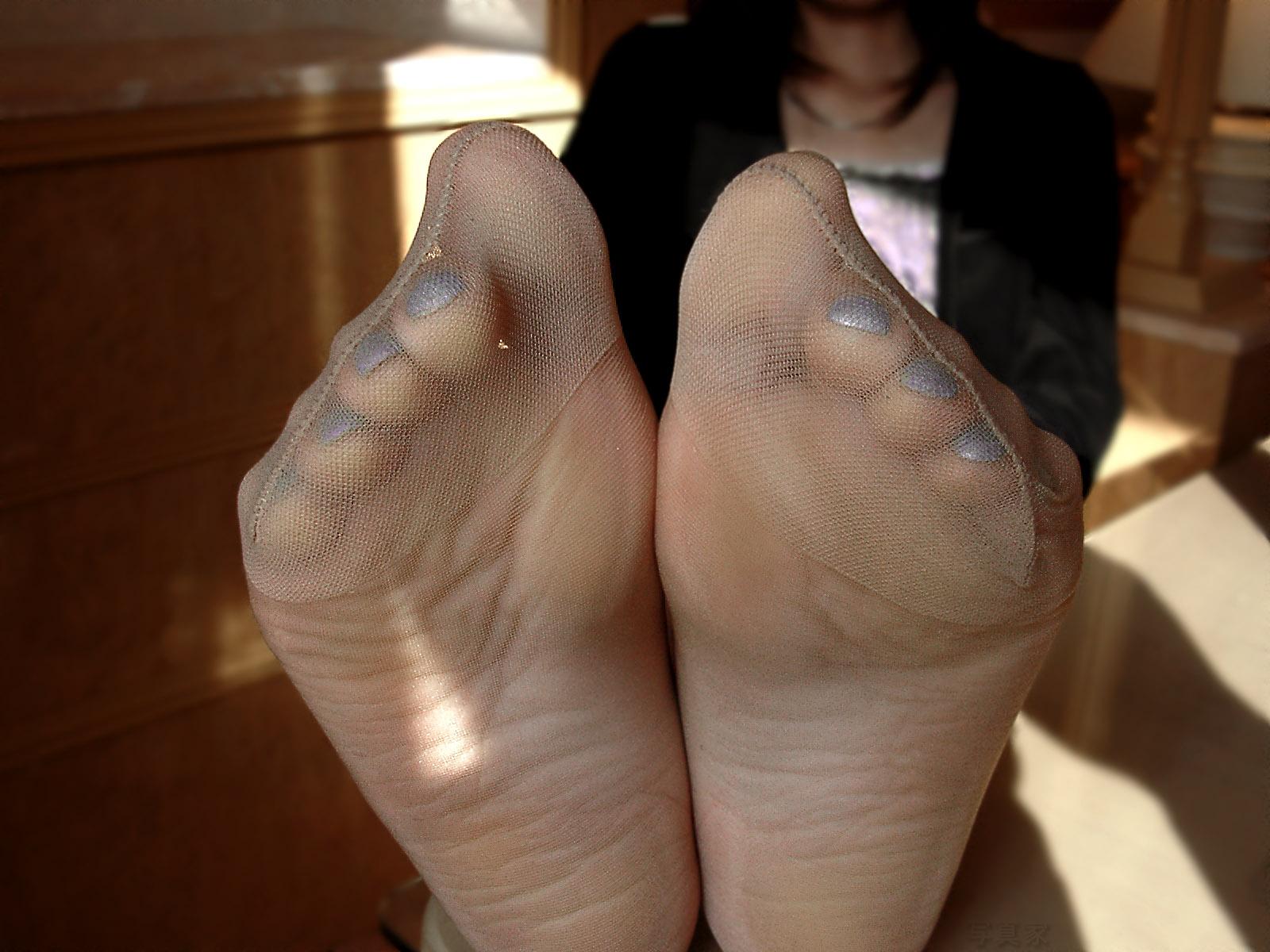 かなり臭そうな熟女OLのパンスト足裏エロ画像1枚目