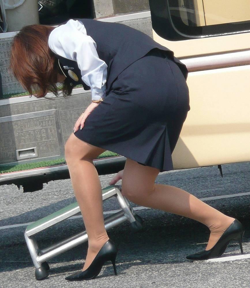 タイトスカート美脚バスガイド盗撮エロ画像8枚目