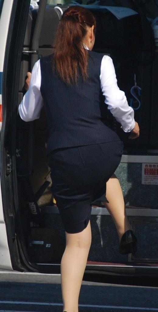 タイトスカート美脚バスガイド盗撮エロ画像9枚目