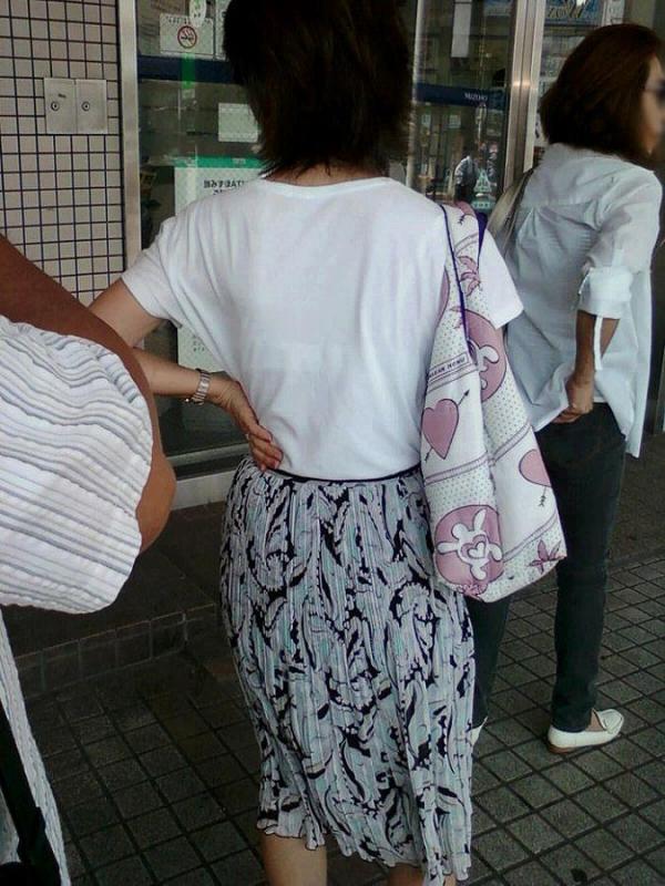 ブラウスやTシャツ透けブラジャーOL盗撮エロ画像11枚目