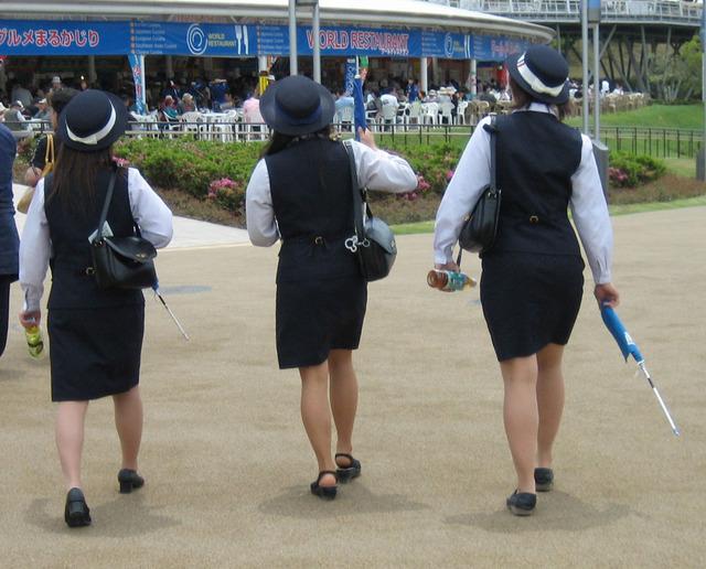 タイトスカートのバスガイド巨尻盗撮エロ画像16枚目