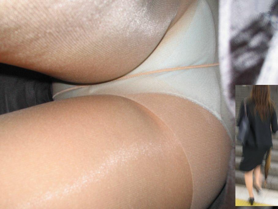 白サテン下着OLの逆さパンチラ盗撮エロ画像4枚目