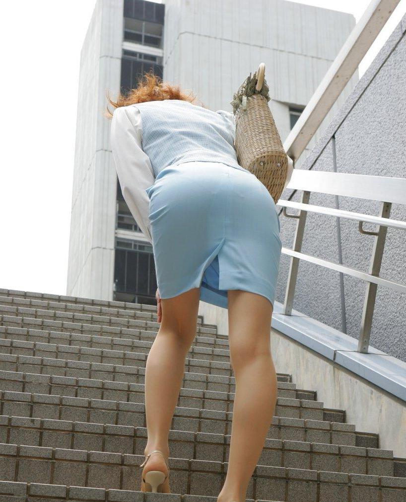 受付OLタイトミニスカート巨尻盗撮エロ画像1枚目