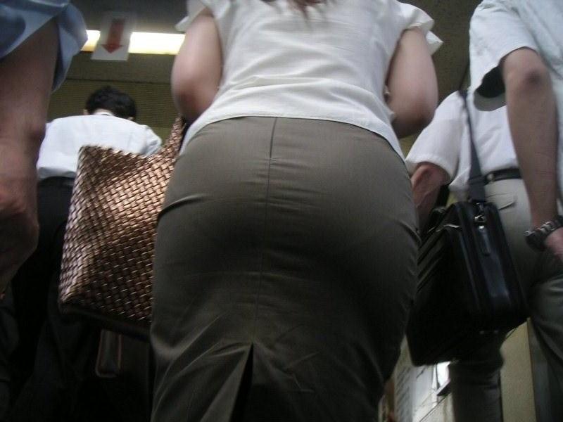 受付OLタイトミニスカート巨尻盗撮エロ画像2枚目