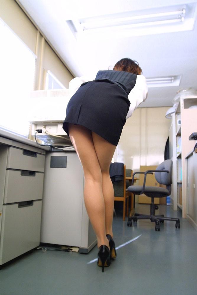 ふくらはぎフェチのタイトスカートOLエロ画像1枚目