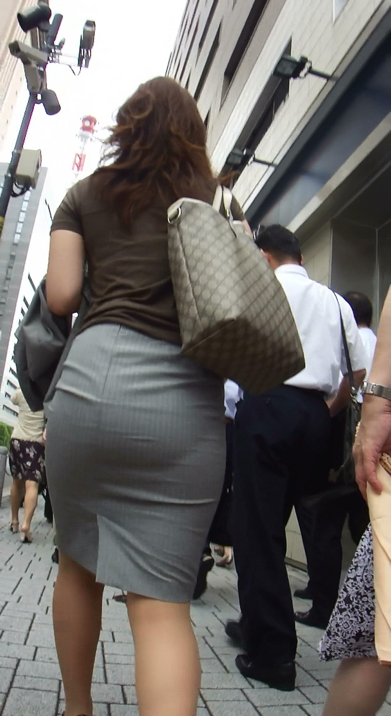 ふくらはぎフェチのタイトスカートOLエロ画像5枚目