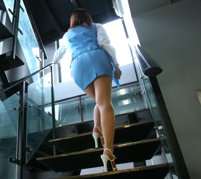 ふくらはぎフェチのタイトスカートOLエロ画像8枚目