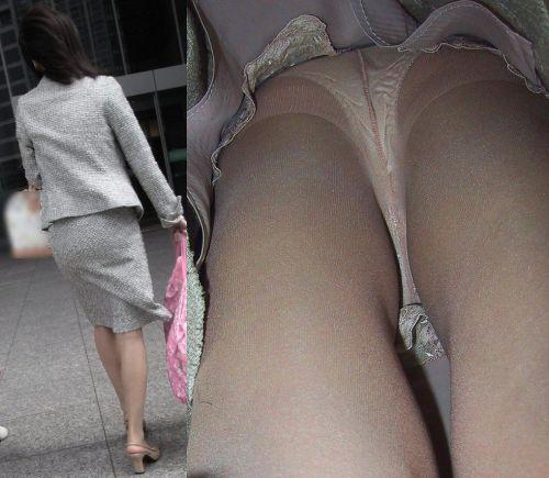逆さパンチラ街を歩く新人OLスカートの中12枚目