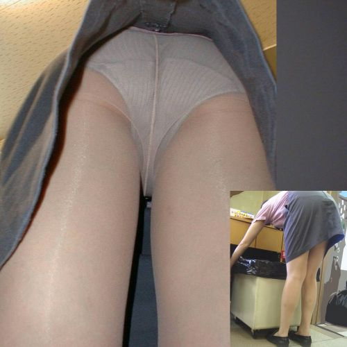 タイトスカートを逆さ撮りされた美脚OL2枚目