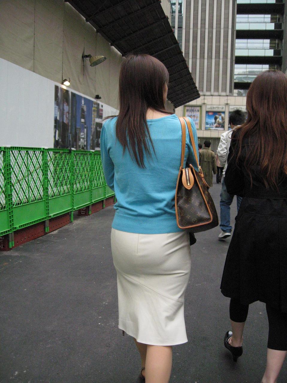 プリ尻タイトスカート無防備な背後から盗撮したOL2枚目
