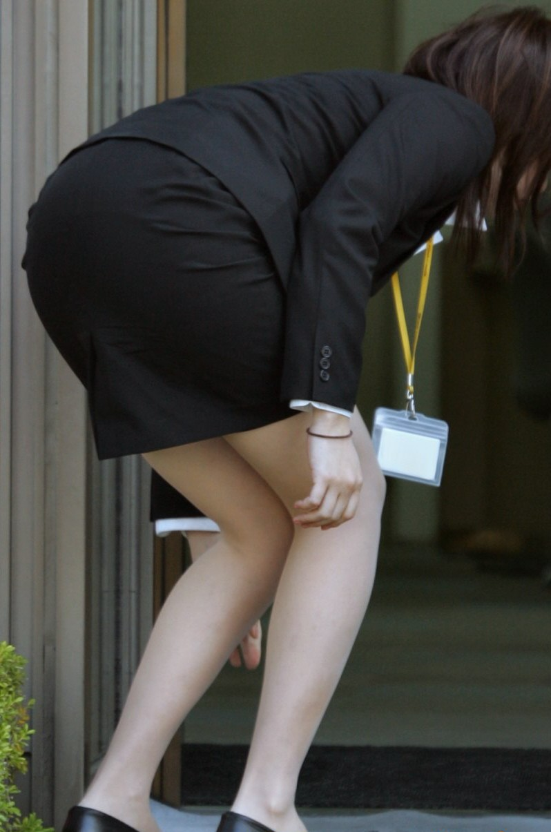 ミニもロングも素敵なタイトスカートOL美脚と美尻エロ画像1枚目