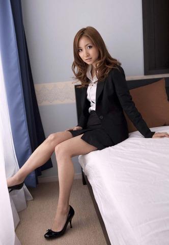 ミニもロングも素敵なタイトスカートOL美脚と美尻エロ画像2枚目