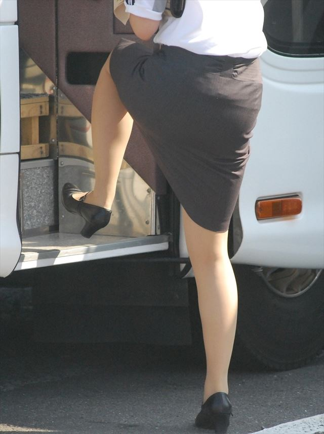 働くバスガイドさん車内で秘密サービスするガイドもいる16枚目