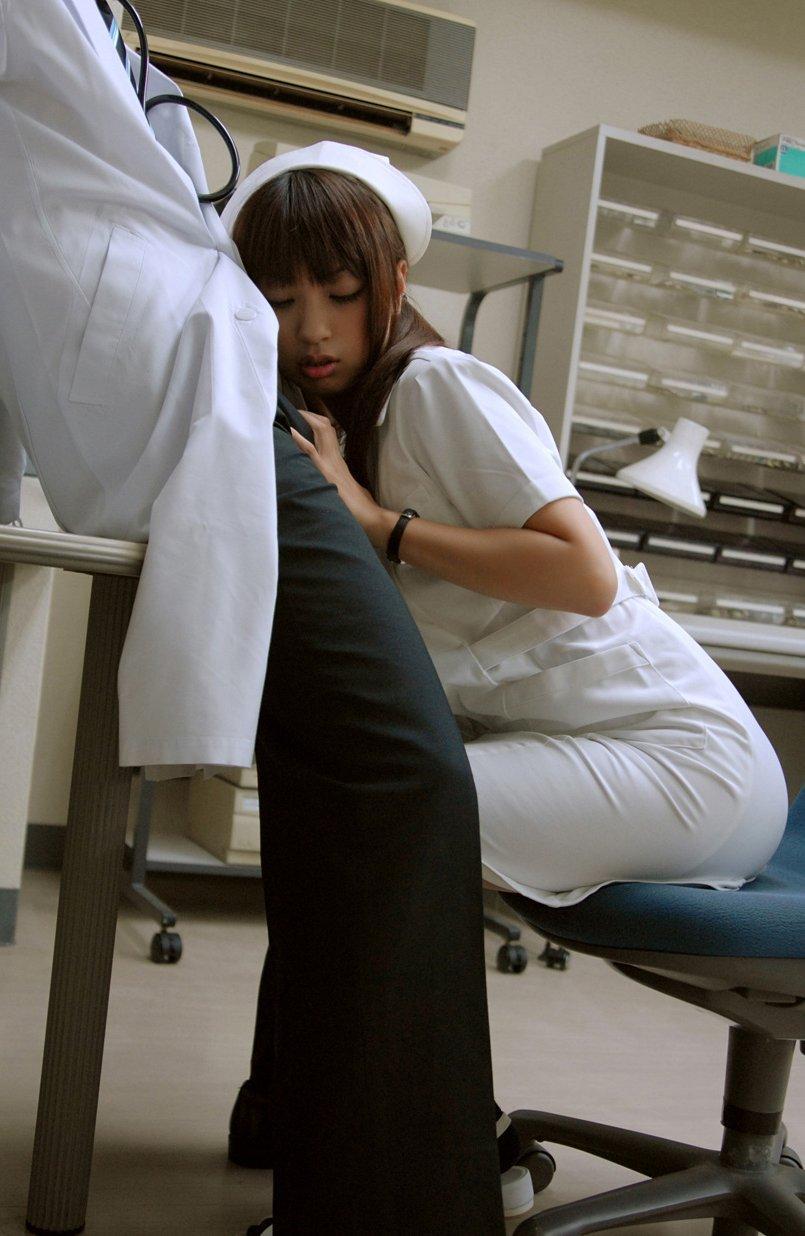 患者の無理難題にも笑顔で応える看護婦エロ画像11枚目