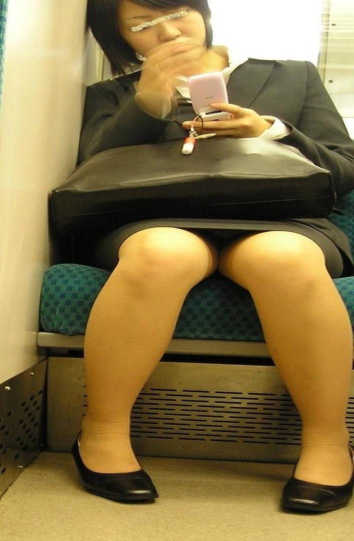 タイトスカートOLしゃがみ・座りパンチラ7枚目