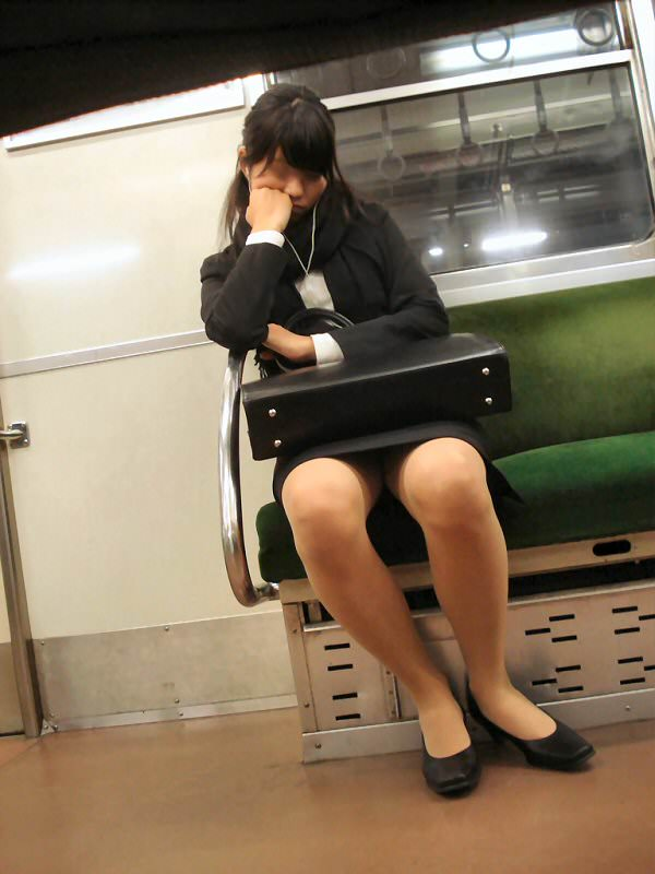 タイトスカートOLしゃがみ・座りパンチラ10枚目